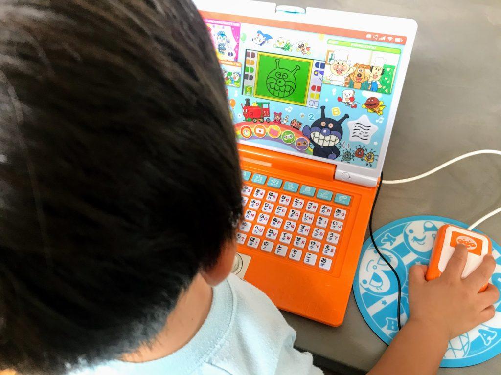 アンパンマンパソコンで遊んでいる